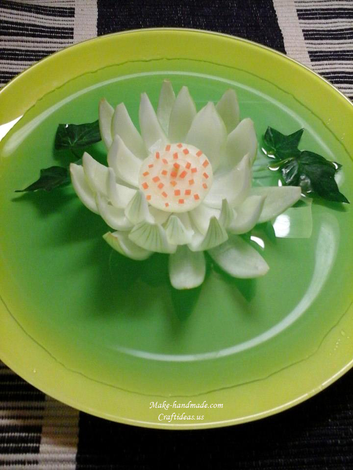 Carving flowers and lotus from onion